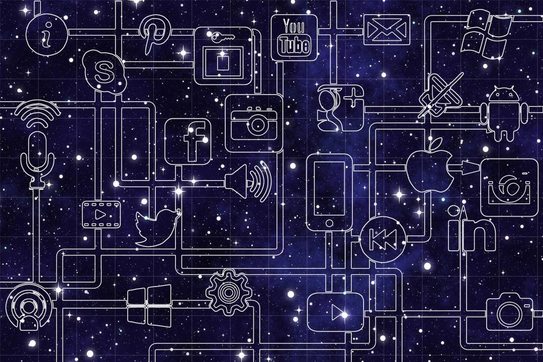 Imagem na cor roxo escuro contendo várias imagens das redes sociais existentes interligados umas nas outras significando as redes sociais conectadas entre si.