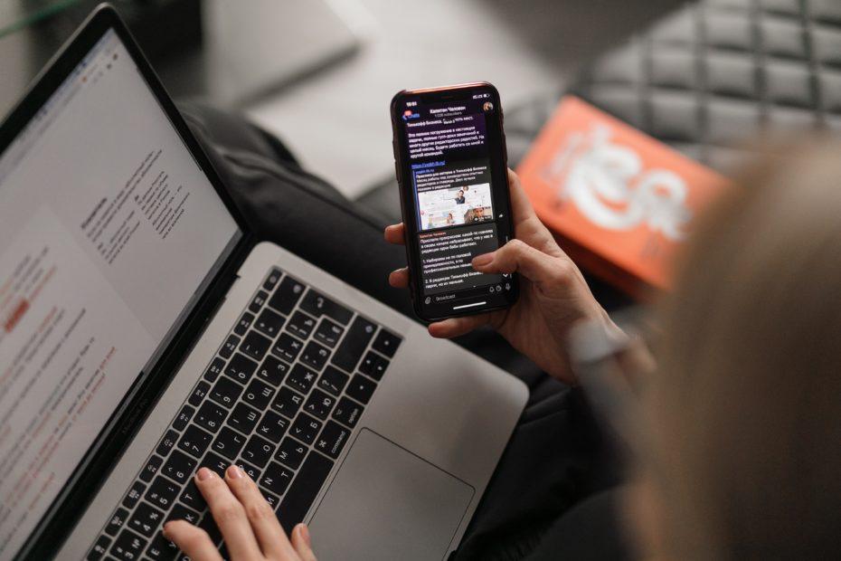 mulher conferindo 5 passos para conquistar resultados nas mídias digitais