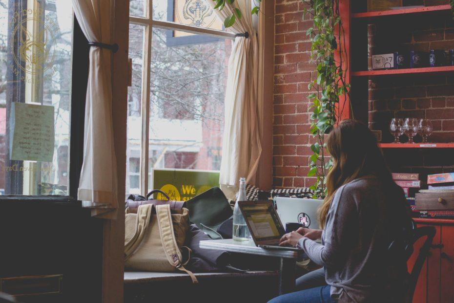 saiba o segredo para ter um bom conteúdo e escrita com imagem da mulher sentada e escrevendo em seu notebook