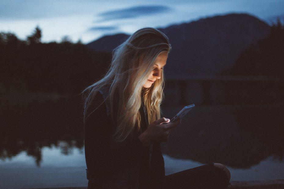 menina olhando o celular e vendo sua comunicação